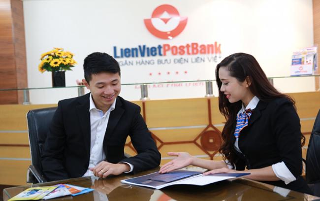 Khách hàng đến vay thế chấp tại ngân hàng Liên Việt