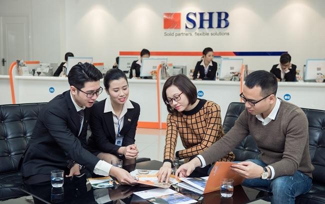 Khách hàng đến vay thế chấp tại ngân hàng SHB