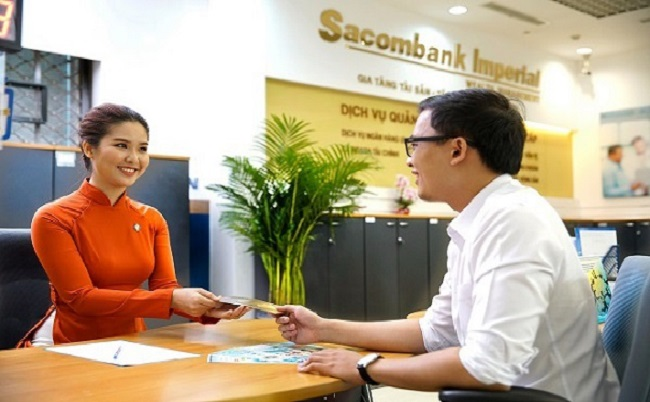 Khách hàng đến vay thế chấp tại ngân hàng Sacombank