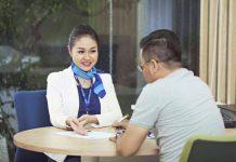 Nhân viên ngân hàng ACB đang tư vấn cho khách hàng