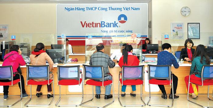 Khách hàng làm thủ tục vay theo lương tại ngân hàng Vietinbank