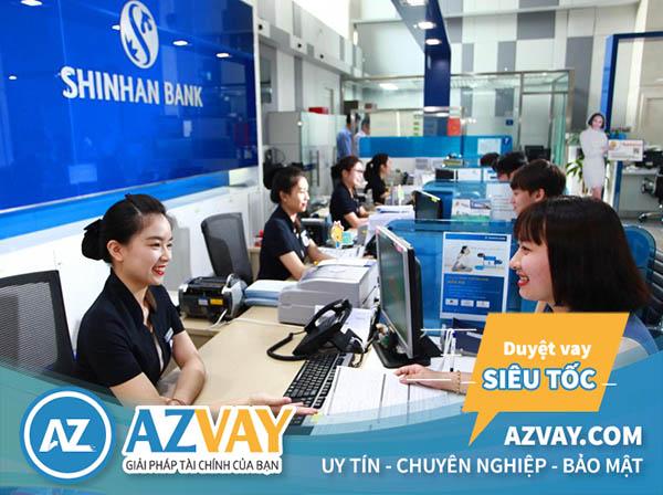 Khách hàng đến vay tín chấp theo lương tại Shinhan Bank