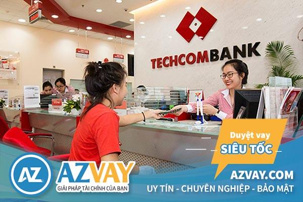Khách hàng đến vay tín chấp theo lương tại Techcombank