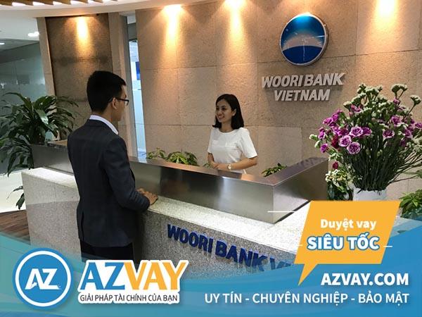 Khách hàng có thể đăng ký mở thẻ tín dụng Woori Bank tại quầy giao dịch của ngân hàng