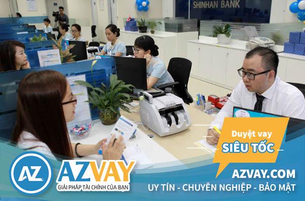 Khách hàng có thể đăng ký vay tiền qua thẻ tín dụng tại quầy giao dịch của ngân hàng Shinhan Bank