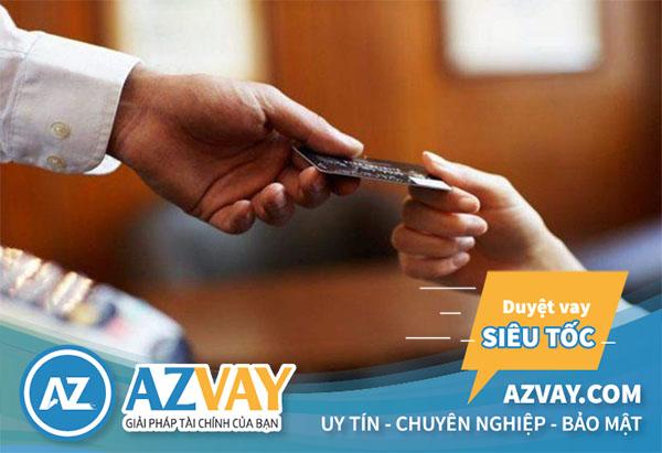 Khách hàng có thể đăng kí vay tiền qua thẻ tín dụng tại quầy giao dịch của Citibank